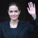 Angelina Jolie faz mastectomia dupla como prevenção de câncer de mama.
