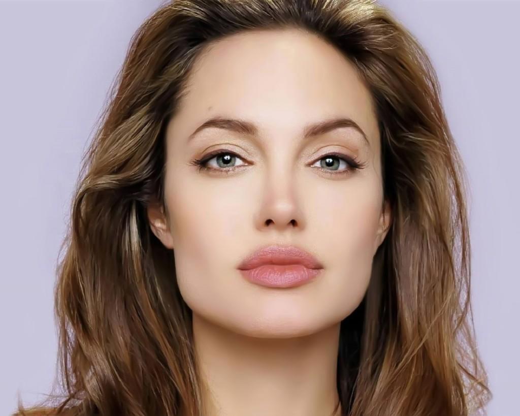 O rosto de Angelina Jolie é quadrado na parte de baixo e oval na parte de cima, o que suaviza seu formato de rosto.