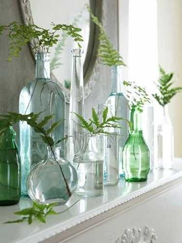 Uma opção bem econômica, além de aproveitar garrafas usadas, é colocar apenas uma folhagem em cada. Fica clean e super barato.