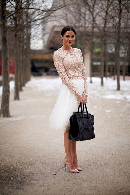 Tecidos leves, fluidos ou esvoaçantes são perfeitos para um look festivo. Completo com bolsa pequena.