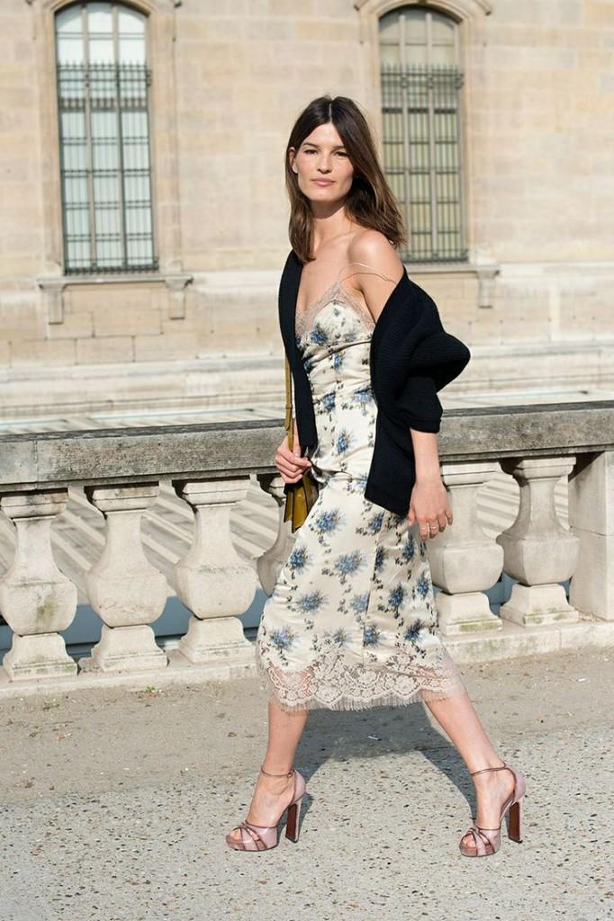 O vestido com saia midi floral é uma ótima opção para o almoço de natal.