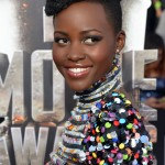 Lupita Nyongo arrasa no red carpet do MTV Movie Awards.