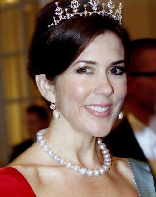 princesas-da-disney-mac-cosmetics-versus-princesas-reais-Mary-da-dinamarca