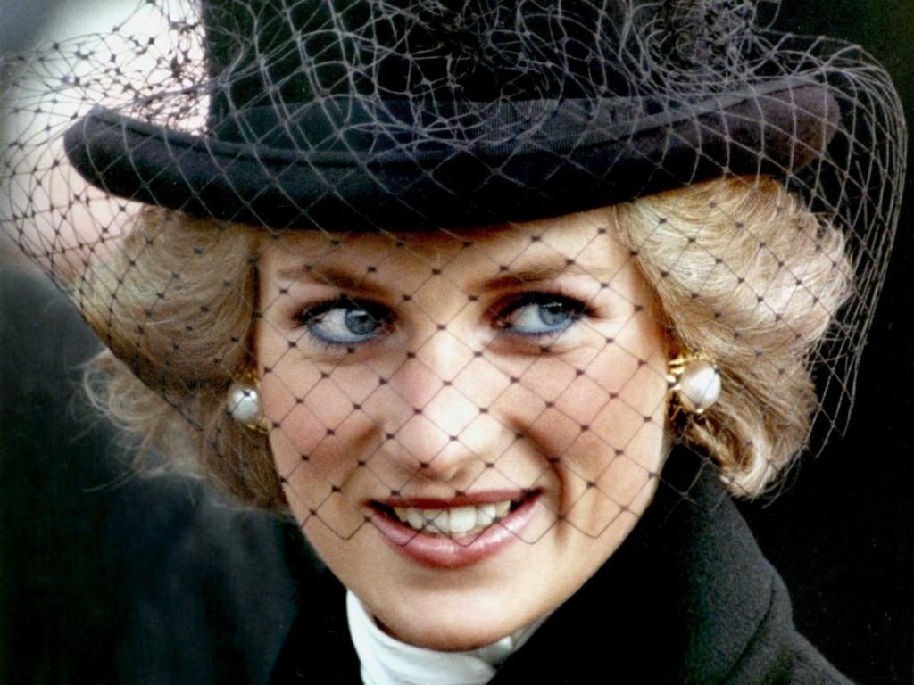princesas-da-disney-mac-cosmetics-versus-princesas-reais-lady-diana