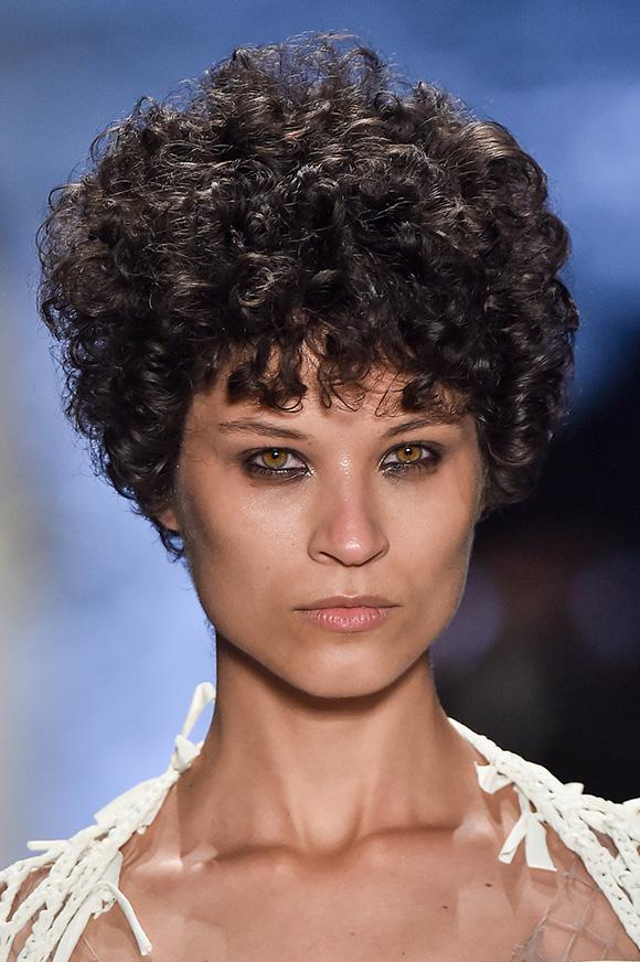 Ari-Westphal_maquiagem_e_cabelos_curtos_ondulados