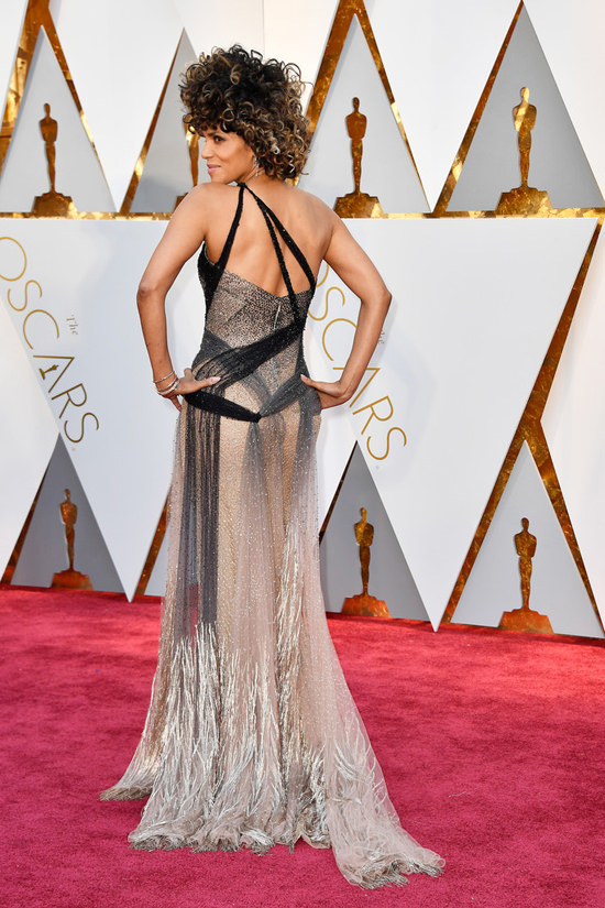 oscar_2017_Halle-Berry-Oscars-2017-Red-Carpet-Fashion-Atelier-Versace-por_alessandra_faria