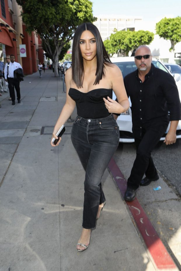 jeans_e_top_kim_kardashian_street_style_por_alessandra_faria