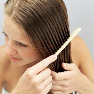 cabelos-cuidados-básicos-caseiros-Penteando-o-cabelo