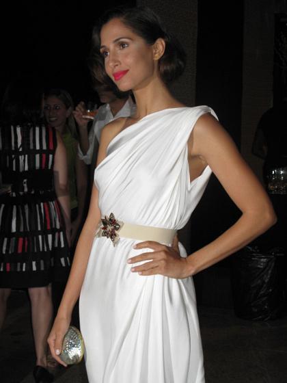 festas-de-fim-de-ano-branco-total-look-virada-do-ano-Camila-Pitanga-vestido-branco