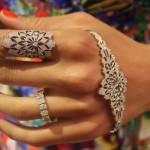 Hand bracelet e anel armadura são os acessórios da vez.