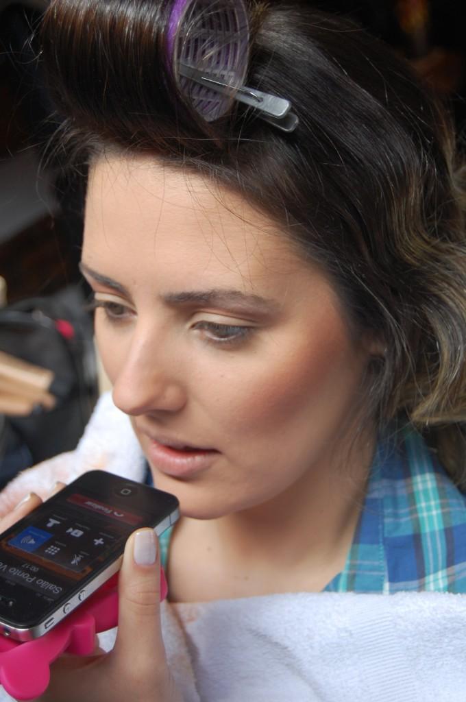 maquiagem de noiva diurna por Alessandra Faria Uma pausa na maquiagem para atender o telefone.