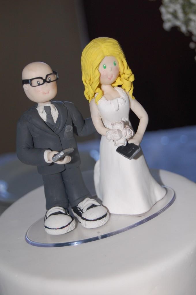 Os noivinhos do bolo, idênticos aos noivos.