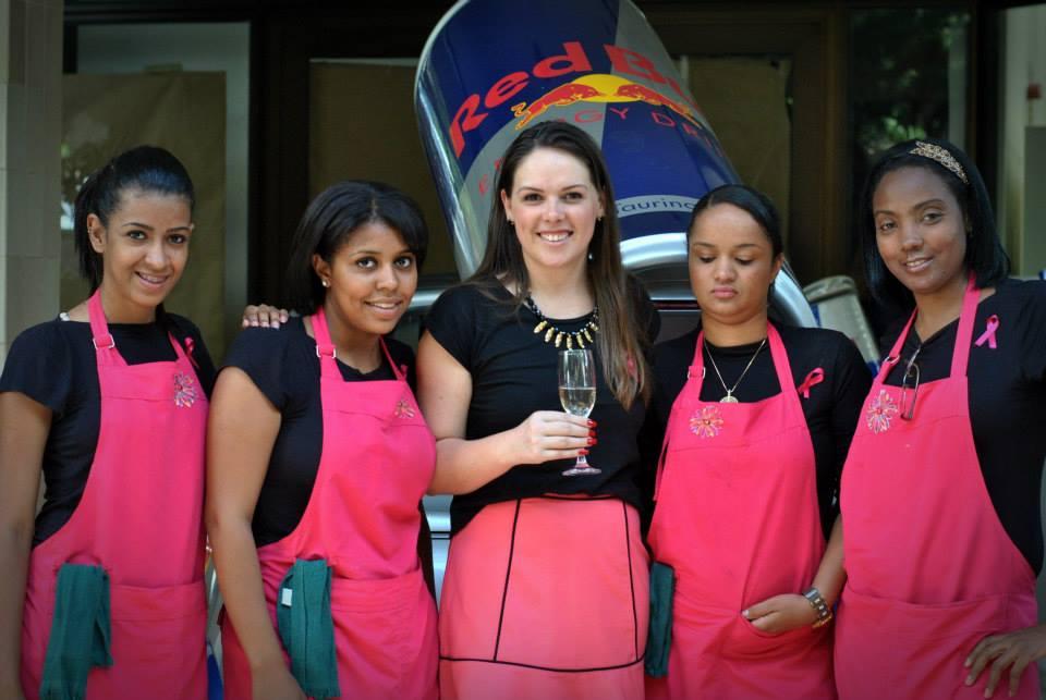 Ana, proprietária do Carola, ao centro e suas colaboradoras.