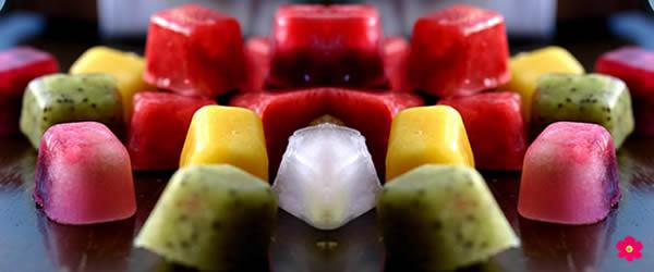 água aromatizada cubos de frutas geladas