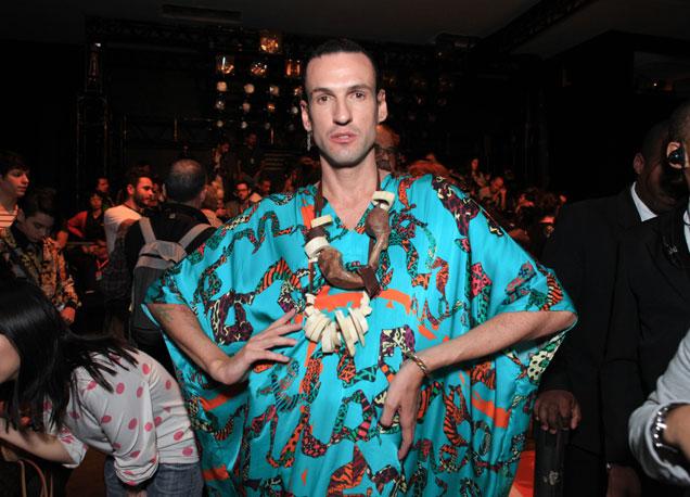 O estilista Dudu Bertholini é super fã da peça e em toda coleção de sua marca Neon, ele lança várias opções de kaftans.