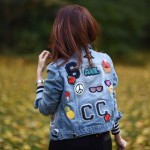 Street Style: jaqueta jeans customizada com patches e bottons!