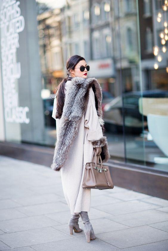 Estola de pelo no street style por Alessandra Faria