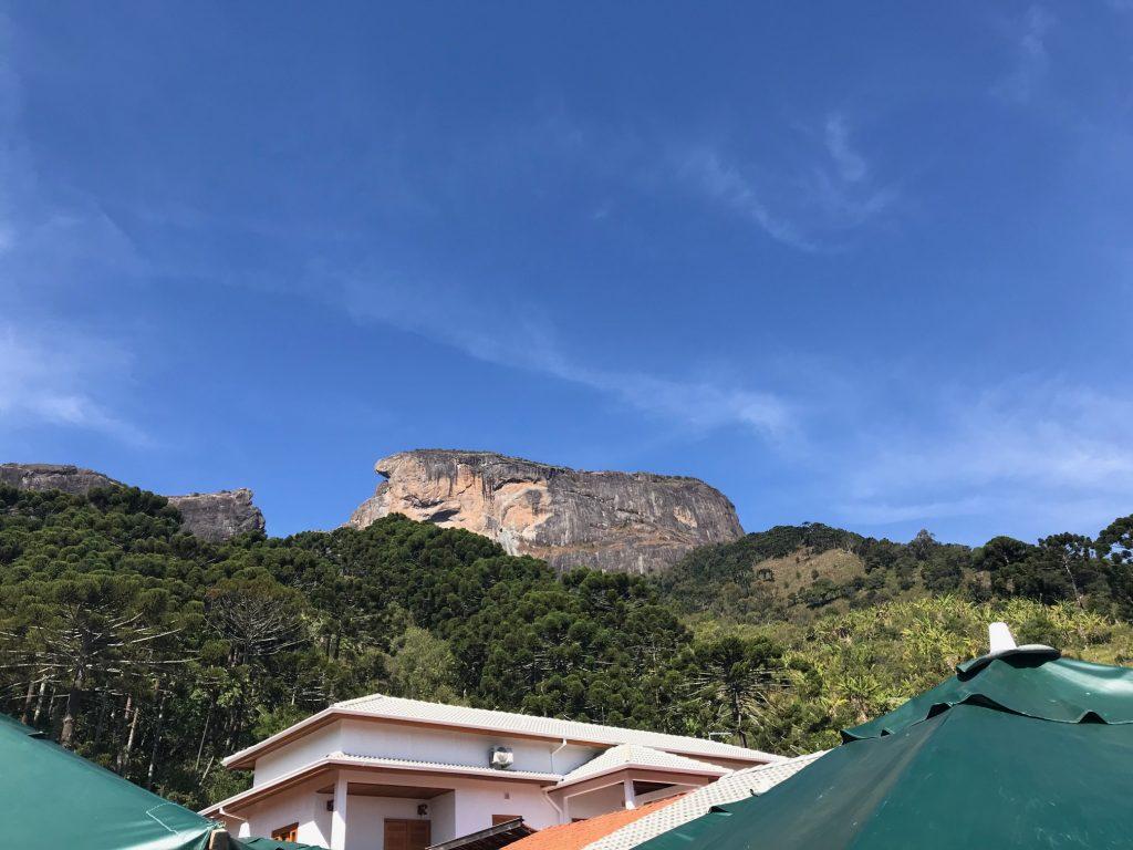 Restaurante Pedra do Baú, vista frontal da pedra em São Bento do Sapucaí, por Alessandra Faria