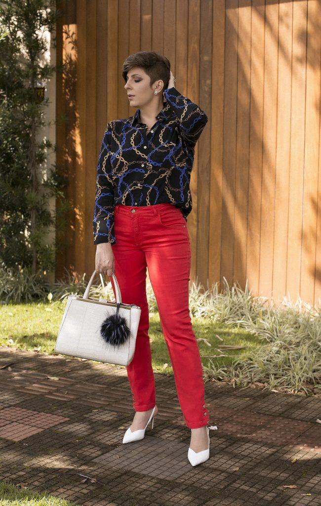 Calça vermelha, camisa em print de correntes, scarpin branco, look do dia por Alessandra Faria