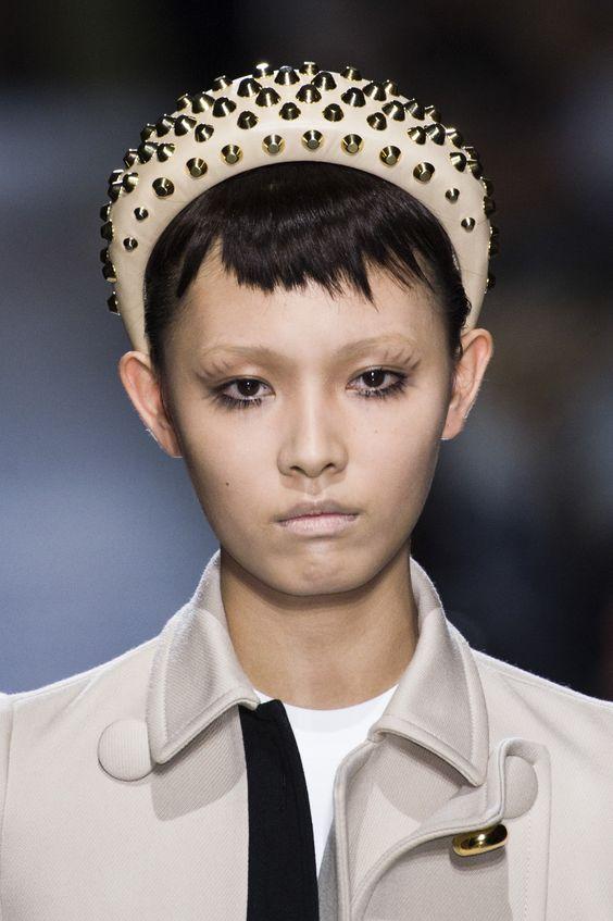 Headband extravagante volta à moda como tendência de inverno 19, por Alessandra Faria