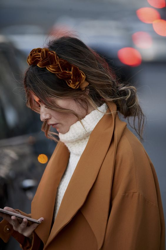 Tiara gorducha de veludo volta à moda como tendência de inverno 19 por Alessandra Faria