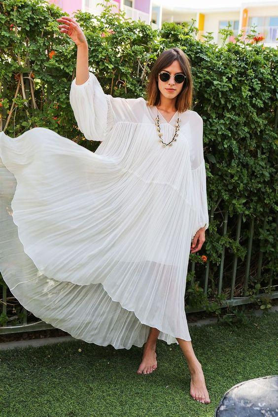 Vestido branco solto no street style por alessandra faria