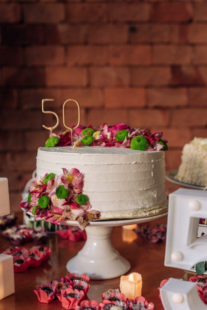 Decoração de mesa de bolo aniversário de 50 anos por Alessandra Faria