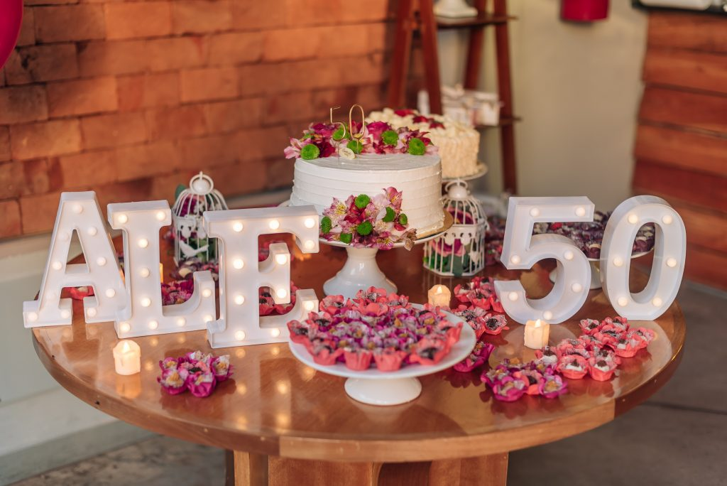 Decoração da mesa de bolo ALÊ 50 ANOS por Alessandra Faria
