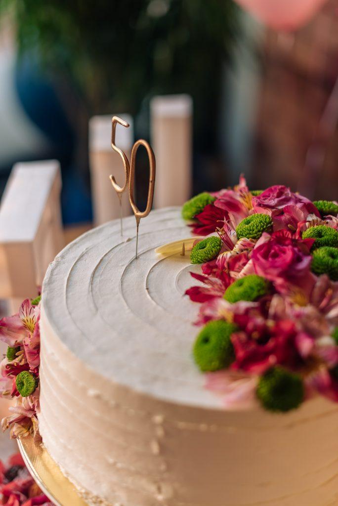 Bolo decorado festa 50 anos de Alessandra Faria por Espetacular Doceria