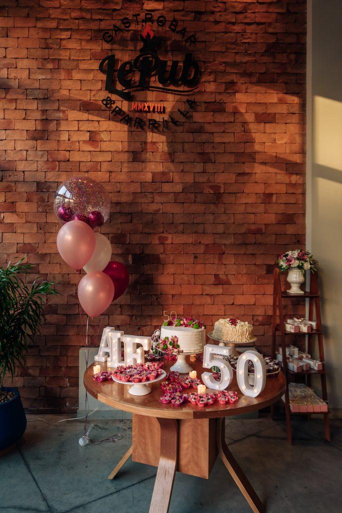 Decoração mesa de bolo aniversário 50 anos por Alessandra Faria