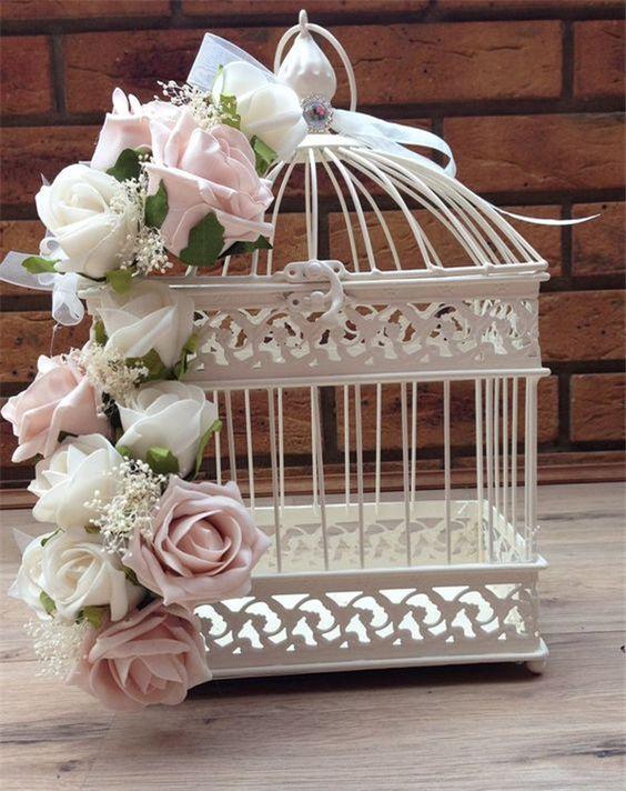 Decoração de mesa de bolo com gaiolas e flores, por Alessandra Faria