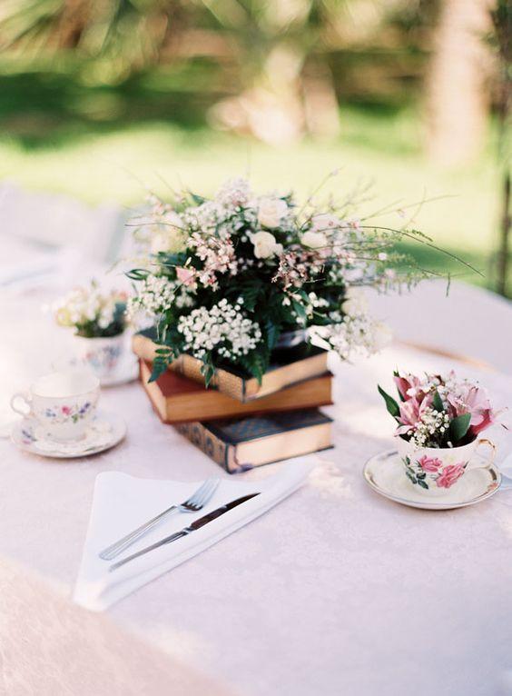 Decoração de mesa de bolo com Lanternas, livros e flores, por Alessandra Faria