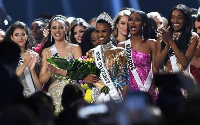 Zozibini Tunzi, sul africana de 26 anos vence o Miss Universo 2020 por Alessandra Faria