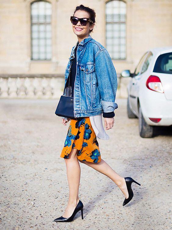 peças jeans para investir no verão 2020 por Alessandra Faria jaqueta jeans mais saia floral e scarpin