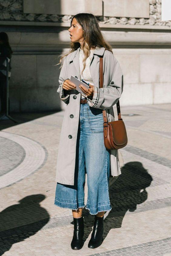 3 peças jeans para investir no verão 2020 por Alessandra Faria pantacourt jeans mais trench coat e coturno