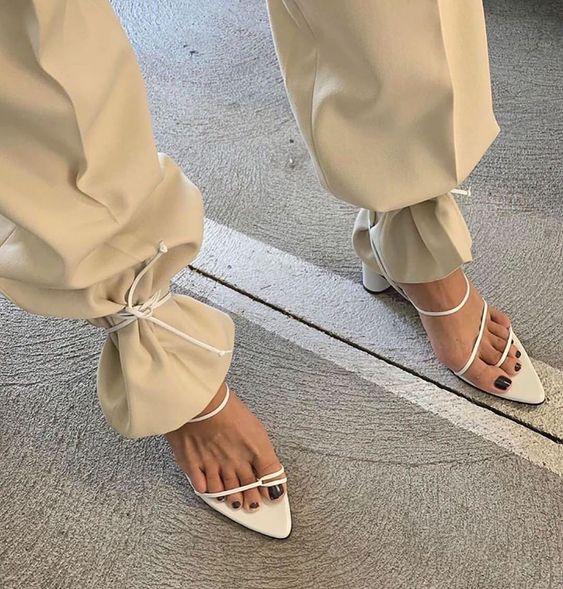 Sandália delicada amarrada na calça trend alert street style para se inspirar por Alessandra Faria