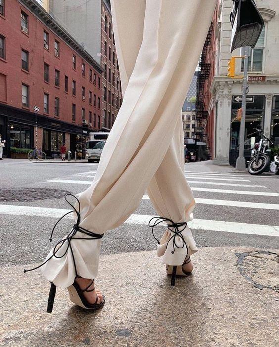 Sandália amarrada na calça trend alert street style para se inspirar por Alessandra Faria