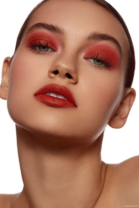 Maquiagem monocromática vermelha por Alessandra Faria