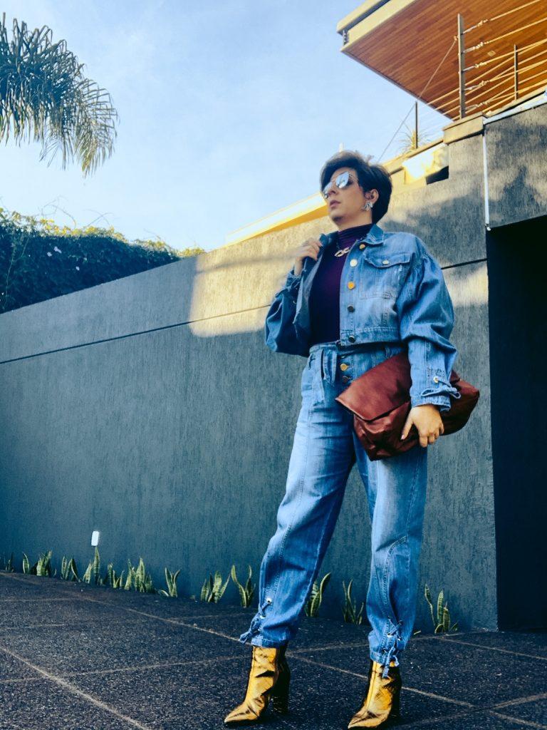 Bota dourada e all jeans look do dia por Alessandra Faria