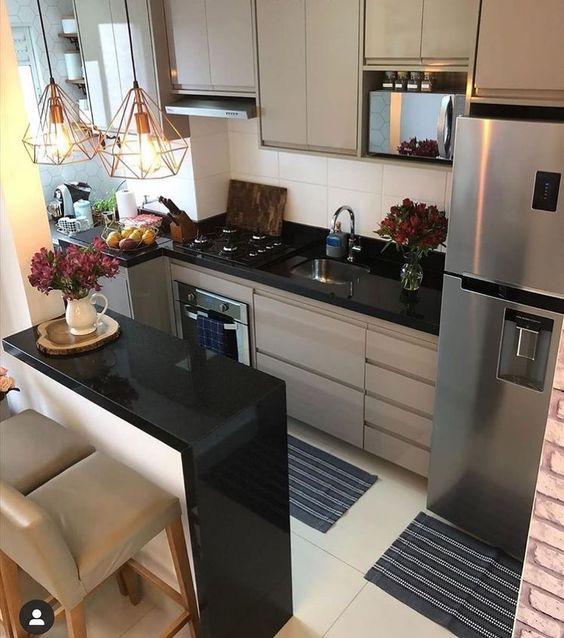 Cozinhas pretas decoradas em tons de branco e cinza por Alessandra Faria