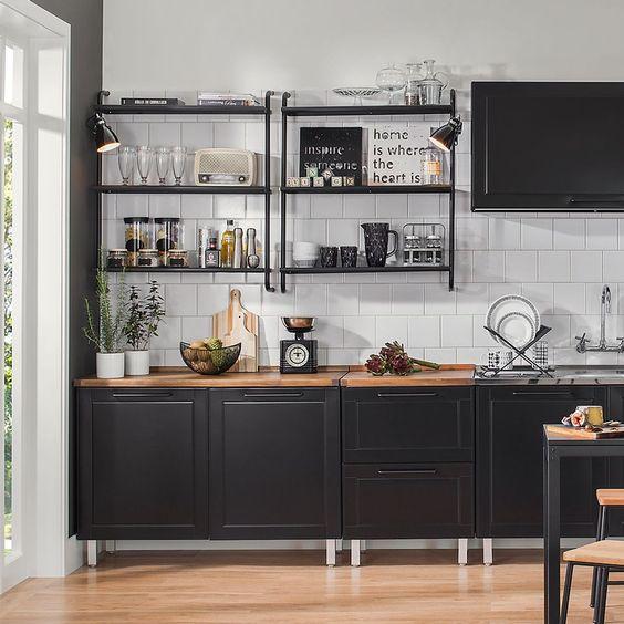 Cozinhas pequenas pretas decoradas em tons de branco e cinza por Alessandra Faria