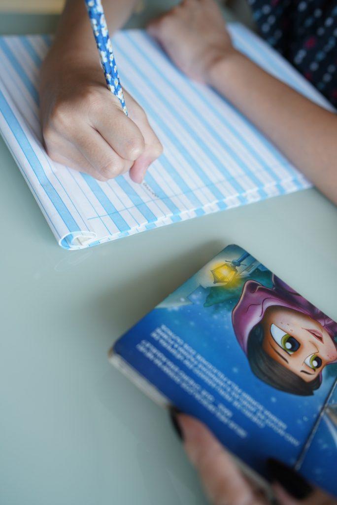 Caderno de caligrafia é ótima forma de aliviar o stress por Alessandra Faria