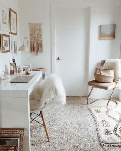 Home office pequeno no quarto de casal e a ergonomia por Alessandra Faria